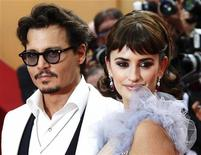 """Johnny Depp (E) e Penélope Cruz chegam ao 64o Festival de Cannes, para a exibição do filme estrelado por eles """"Piratas do Caribe: Navegando em Águas Misteriosas"""". 14/05/2011 REUTERS/Yves Herman"""