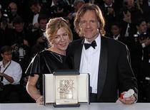 """Os produtores Bill Pohlad (d) e Dede Gardner posam para foto após receberem a Palma de Ouro de melhor filme por """"A Árvore da Vida"""", do diretor Terrence Malick, durante a cerimônia de encerramento do Festival de Cinema de Cannes, na França. 22/05/2011 REUTERS/Jean-Paul Pelissier"""