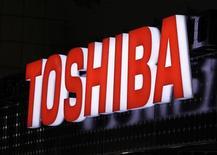 <p>Foto de archivo del logo de la firma Toshiba en la cuarta exposición de generación de energía fotovoltáica en Tokio, mar 2 2011. El fabricante japonés de productos electrónicos Toshiba Corp dijo que invertirá 700.000 millones de yenes (8.570 millones de dólares) en energía y medioambiente durante los próximos tres años para satisfacer la demanda de infraestructura, informó el diario de negocios Nikkei. REUTERS/Yuriko Nakao</p>
