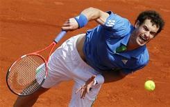 Andy Murray durante jogo contra Eric Prodon no Aberto da França, em Roland Garros. Murray derrotou o francês sem dificuldade e a chinesa Li Na também avançou para a segunda rodada em um dia de céu escuro no torneio.  24/05/2011     REUTERS/Thierry Roge