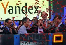 Fundador e presidente-executivo da Yandex, Arkady Volozh (segundo à direita na fileira da frente), comemora listagem da companhia na Nasdaq, Nova York, Estados Unidos. 24/05/2011 REUTERS/Mike Segar