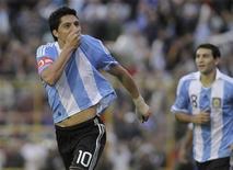 Enzo Perez e Diego Valeri (à dir.), da Argentina, comemoram gol contra a seleção do Paraguai durante amistoso no estádio Centenário de Resistencia, em Chaco. 25/05/2011 REUTERS/Ariel Nunez