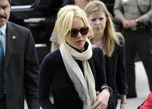 Lindsay Lohan chega para uma audiência em Los Angeles. Lohan entregou-se às autoridades carcerárias de Los Angeles na manhã desta quinta-feira e começou a cumprir sua pena por furto de jóia em prisão domiciliar, disseram autoridades. Foto de Arquivo. 22/04/2011 REUTERS/Phil McCarten
