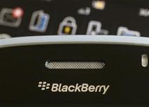<p>Foto de archivo de un teléfono móvil Blackberry en Hong Kong, ago 12 2010. Los abogados de los accionistas de Research In Motion han interpuesto una demanda colectiva contra el fabricante de BlackBerry, alegando que sus ejecutivos llevan cinco meses confundiendo a los inversores sobre sus expectativas. REUTERS/Bobby Yip</p>