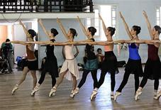 <p>Cuban National Ballet dancers practice during a rehearsal in Havana May 27, 2011. REUTERS/Desmond Boylan</p>