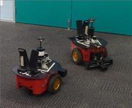 """Robôs """"Lingodroids"""" conversam um com o outro no campus da Universidade de Queensland, em Brisbane, Austrália. 30/05/2011 REUTERS/Universidade de Queensland/Divulgação"""