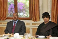 <p>Ливийский лидер Муаммар Каддафи (справа) и президент ЮАР Якоб Зума во время совещания в Триполи 30 мая 2011 года. Ливийский лидер Муаммар Каддафи вновь повторил призыв о перемирии на встрече с южноафриканским президентом и никак не показал, что намерен пойти навстречу требованиям Запада и отказаться от власти. REUTERS/Ntswe Mokoena/GCIS/Handout</p>
