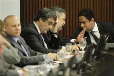 O ministro-chefe da Casa Civil, Antonio Palocci (segundo à direita), conversa com o ministro dos Esportes, Orlando Silva (primeiro à direita), durante encontro com governadores e prefeitos de cidades que acolherão eventos da Copa do Mundo de 2014, no Palácio do Planalto, Brasília. 31/05/2011 REUTERS /Ueslei Marcelino