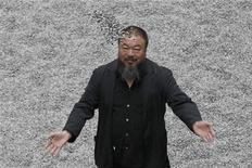 O artista chinês Ai Weiwei em uma instalação na Tate Modern, em Londres, outubro de 2010. Weiwei obteve o título de membro honorário da Academia Real Inglesa. 11/10/2010 REUTERS/Stefan Wermuth