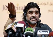 Diego Maradona gesticula durante primeira entrevista coletiva como treinador da equipe Al Wasl, dos Emirados Árabes Unidos, em Dubai. 04/06/2011 REUTERS/Jumana El Heloueh