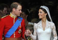 Príncipe William (esq) e Kate Middleton, após a cerimônia de casamento na Abadia de Westminster, em Londres, em abril. O vestido de noiva foi o segredo mais bem guardado da moda. Agora, um dos trajes mais comentados da década será exposto ao público no Palácio de Buckingham, a partir deste verão britânico. 29/04/2011   REUTERS/Toby Melville