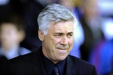 Carlo Ancelotti, durante jogo do Chelsea contra o Everton, em Liverpool. Demitido do Chelsea, Ancelotti disse nesta segunda-feira que não tem pressa de voltar ao trabalho e que vai tirar um ano para descansar. 22/05/2011  REUTERS/Nigel Roddis 00