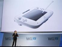 Satoru Iwata, presidente da Nintendo, apresenta controle do novo WiiU durante a feira E3 em Los Angeles. 07/06/2011 REUTERS/Mario Anzuoni