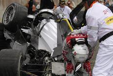Piloto britânico Allan Mcnish deixa seu Audi R18 TDI após acidente na prova de 24h de Le Mans. 11/06/2011 REUTERS/Stephane Mahe
