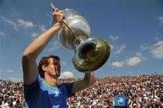 O tenista britânico Andy Murray levanta o troféu do torneio de Queen's em Londres. 13/06/2011 REUTERS/Toby Melville