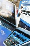 Homem observa celulares da Nokia em um showroom no Sri Lanka. 23/05/2011 REUTERS/Dinuka Liyanawatte