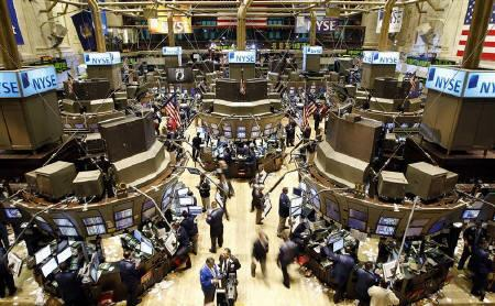 Traders work on the floor of the New York Stock Exchange, November 14, 2007.  REUTERS/Chip East/Files