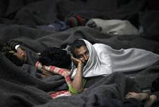 <p>Homeless men sleep in a night shelter managed by an NGO, in the old quarters of Delhi January 8, 2010. REUTERS/Reinhard Krause</p>