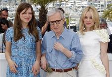 """Woody Allen (centro) com as atrizes Lea Seydoux (esq) e Rachel McAdams para promover o filme """"Meia-Noite em Paris"""" no Festival de Cannes, em maio. 11/05/2011      REUTERS/Vincent Kessler"""
