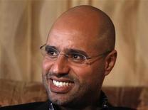 Сын ливийского лидера Муаммара Каддафи Саиф аль-Ислам дает интервью Рейтер в Триполи 10 марта 2011 года. Серия взрывов прогремела в четверг в центре Триполи, где находится укрепленная резиденция осаждаемого авиацией НАТО Муаммара Каддафи, а его сын заявил западной прессе, что ливийский лидер готов пойти на досрочные выборы ради мирного исхода конфликта. REUTERS/Chris Helgren