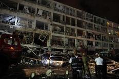 Спасатели работают около взорвавшегося в израильском городе Нетания дома, 17 июня 2011 года. Как минимум четыре человека погибли и 60 получили ранения в израильском городе Нетания в результате взрыва в жилом доме, вызванного утечкой газа. REUTERS/Nir Elias