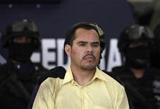 """Криминальный босс Марко Гусман, известный под прозвищем """"Эль Брэд Питт"""", в полицейском участке в Мехико, 16 июня 2011 года. Мексиканская полиция в четверг объявила о задержании крупного криминального босса, связанного с наркокартелем Хуареса, известного под прозвищем """"Эль Брэд Питт"""".  REUTERS/Jorge Dan Lopez"""
