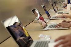 Покупатели смотрят ноутбуки в магазине в Шанхае, 10 июля 2010 года. К концу следующего года интернет-пользователи смогут создавать сайты почти с любыми доменными адресами, при условии, что докажут свои права на названия типа good.food или glossy.lipstick, и заплатят изрядный денежный сбор. REUTERS/Aly Song