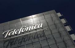 <p>Foto de archivo de la casa matriz de la firma Telefónica en Madrid, jul 29 2010. La agencia de calificación crediticia Fitch Ratings dijo el lunes que ha revisado la perspectiva a largo plazo (IDR) de Telefónica y su filial O2 a negativa desde estable, a la vez que ha mantenido el rating de ambas en 'A-' por su fuerte exposición a la economía española. REUTERS/Susana Vera</p>
