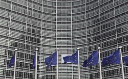 Флаги ЕС перед зданием Еврокомиссии в Брюсселе 27 октября 2010 года. Страны ЕС по инициативе Великобритании и Франции ввели санкции против еще нескольких сирийских компаний и граждан, замешанных в подавлении антиправительственных протестов, сообщил европейский дипломат.  REUTERS/Francois Lenoir