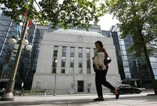 <p>A woman walks past the Bank of Canada building in Ottawa July 30, 2009. REUTERS/Chris Wattie</p>