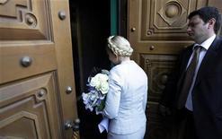 Юлия Тимошенко заходит в здание кабинета прокуроров в Киеве, 25 мая 2011 года. Районный суд Киева в пятницу начал рассмотрение уголовного дела против экс-премьера и лидера оппозиции Юлии Тимошенко, которое обвиняемая назвала судилищем, фарсом и персональной расправой президента Виктора Януковича. REUTERS/Konstantin Chernichkin