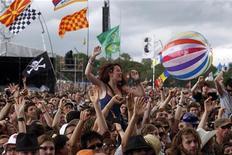 Fãs dançam em frente ao palco Pyramid no terceiro dia do festival Glastonbury. O grupo U2 pode sofrer protestos em sua estreia no evento. 24/06/2011 REUTERS/Cathal McNaughton