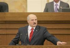 Президент Белоруссии Александр Лукашенко выступает пеерд парламентом в Минске 21 апреля 2011 года. Рейтинг белорусского лидера Александра Лукашенко, переизбранного в декабре прошлого года на четвертый президентский срок, упал за полгода на 24 процентных пункта на фоне самого жесткого за последнее десятилетие финансового кризиса. REUTERS/BelTA/Handout/Gennady Semyonov