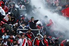 Polícia usa canhões d'água para dispersar torcedores do River Plate após o empate em 1 x 1 contra o Belgran. O River Plate sofreu no domingo a maior humilhação dos seus 110 anos de história ao ser rebaixado pela primeira vez à segunda divisão argentina, numa partida que resultou em cenas de violência em Buenos Aires e na interdição do estádio Monumental.   26/06/2011  REUTERS/Enrique Marcarian
