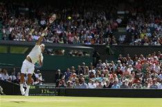 """Роджер Федерер подает во время матча на """"Уимблдоне"""" в Лондоне 25 июня 2011 года. Роджер Федерер может и не является неоспоримым фаворитом на """"Уимблдоне"""", однако в плане рекламы третьей ракетке мира равных точно нет. REUTERS/Stefan Wermuth"""