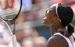 Serena Williams durante jogo contra Marion Bartoli no torneio de Wimbledon, em Londres. A atual campeã de Wimbledon salvou quatro match points mas não conseguiu evitar a derrota por 6-3 e 7-6 para a francesa nas oitavas de final do torneio nesta segunda-feira. 27/06/2011          REUTERS/Toby Melville