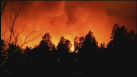 6月27日、米ニューメキシコ州で発生した山火事が、第二次大戦中に原爆開発計画の一環として建設されたロスアラモス国立研究所の敷地内に延焼(2011年 ロイター)