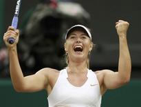 A russa Maria Sharapova comemora vitória sobre Dominika Cibulkova em Wimbledon. 28/06/2011                REUTERS/Eddie Keogh