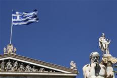 Флаг Греции в Афинах 23 июля 2010 года. Депутат оппозиционной консервативной партии Греции Эльза Пападимитриу сказала в среду, что проголосует за план жесткой экономии, несмотря на несогласие ее партии с правительственной программой.  REUTERS/John Kolesidis