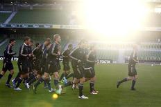 Сборная России на тренировке в Дублине 7 октября 2010 года. Сборная России поднялась на одну строчку в рейтинге сильнейших национальных команд планеты и теперь занимает 17-е место, свидетельствует обновленная таблица на сайте ФИФА (www.fifa.com). REUTERS/Cathal McNaughton