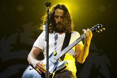 Chris Cornell do Soundgarden se apresenta durante show em Toronto, no Canadá. Mais de 14 anos depois do fim da banda, os roqueiros de Seattle começaram a turnê de retorno no sábado, levando 16 mil fãs nostálgicos aos dias gloriosos do grunge da década de 1990. 02/07/2011  REUTERS/Mark Blinch