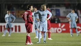 O peruano Santiago Acasiete (esq) e o uruguaio Diego Forlán durante jogo da Copa América, em San Juan, na Argentina. A seleção peruana surpreendeu na segunda-feira o Uruguai, que saiu de uma desvantagem para empatar em 1 x 1 na estreia de ambos no Grupo C.  04/07/2011     REUTERS/Henry Romero