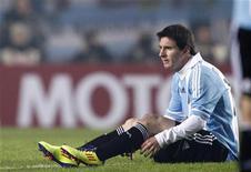 Lionel Messi se recupera durante jogo de abertura da Copa América contra a Bolívia, em La Plata. O time anfitrião empatou em 1 x 1 em sua estreia. 01/07/2011      REUTERS/Marcos Brindicci