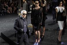 Estilista alemão Karl Lagerfeld, da Chanel, aparece ao final do desfile de sua coleção outono/inverno de alta costura, em Paris. 05/07/2011  REUTERS/Benoit Tessier