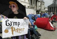 """Fãs acampam na praça Trafalgar para a estreia de """"Harry Potter e as Relíquias da Morte - Parte 2"""", em Londres. 05/07/2011   REUTERS/Luke MacGregor"""