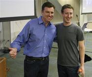 Исполнительный директор Skype Тони Бейтс (слева) и глава Facebook Марк Цукерберг на презентации в Пало-Альто (Калифорния), 6 июля 2011 года.  Facebook запустит функцию видео-звонков через Skype, желая таким образом укрепить свои позиции и защититься от возросшей конкуренции со стороны Google. REUTERS/Norbert von der Groeben