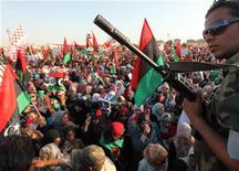 Ливийские повстанцы на Зеленой Площади в Бенгази, 6 июля 2011 года. Ливийские мятежники в среду захватили деревню к югу от Триполи, а другая группа двигается к столице с востока в ходе самого крупного за последние недели наступления на укрепленную резиденцию Муаммара Каддафи. REUTERS/Esam Al-Fetori