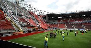 Estádio de futebol do clube FC Twente após queda de parte do telhado em Enschede, Holanda. 07/07/2011 REUTERS/Eric Brinkhorst