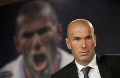 """Ex-jogador do Real Madrid e novo diretor de futebol do clube, Zinedine Zidane, durante lançamento do livro de Enrique Ortego """"Zidane, la elegancia del heroe sencillo"""", em Madrid. Zidane começará a trabalhar como """"diretor de futebol"""" a partir da próxima semana, disse o ex-astro da seleção francesa nesta quinta-feira. 03/06/2011  in  REUTERS/Juan Medina"""