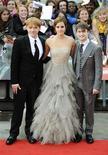 """A atriz Emma Watson posa ao lado dos colegas Daniel Radcliffe (D) e Rupert Grint (E) antes da divulgação mundial, em Londres, do último filme de """"Harry Potter"""". 07/07/2011 REUTERS/Dylan Martinez"""